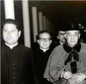 A la izquierda del lector, en sus primeros años de sacerdocio