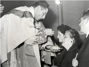Misacantano de Monseñor Noguer: dándole la Sagrada Forma a su madre.