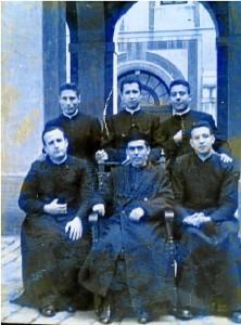 A la izquierda del lector, de pie, don Ignacio Noguer con varios amigos seminaristas o en los primeros vaivenes de su sacerdocio
