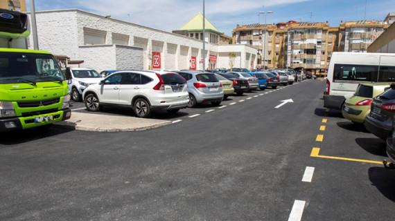 Culminan las obras de reparación y asfaltado de los aparcamientos de la trasera de la avenida Galaroza