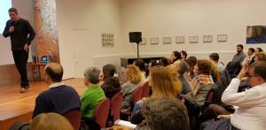 Durante una de sus conferencias.