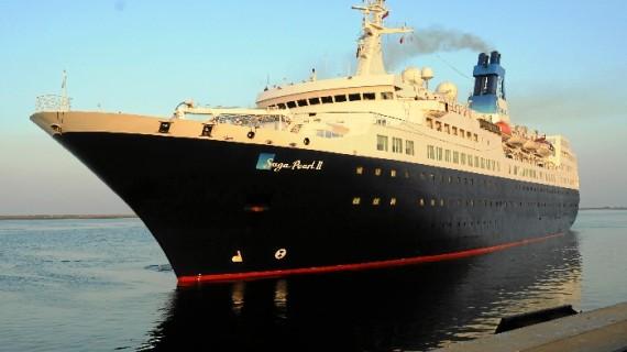 El buque de cruceros 'Saga Pearl II' atraca en el Muelle Sur procedente de Motril