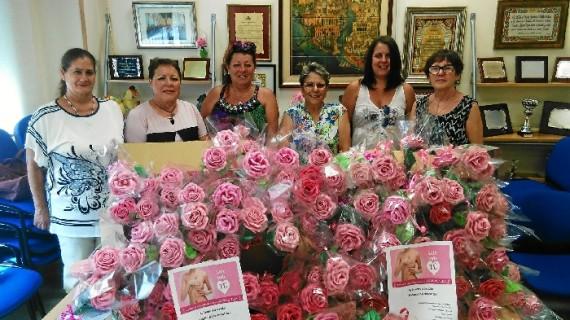 Rosas artesanales para mujeres onubenses que se enfrentan a un cáncer de mama