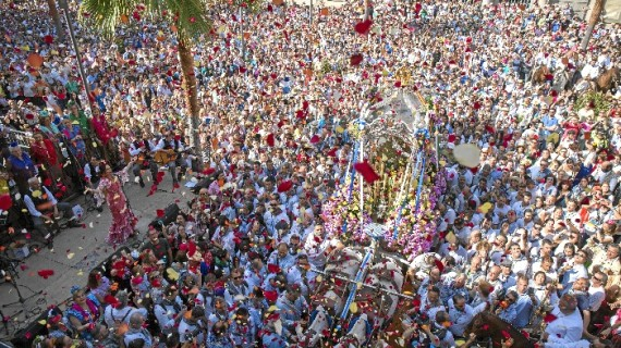 "La capital onubense despide a los rocieros onubenses al grito de ""Huelva, Huelva, Huelva"""