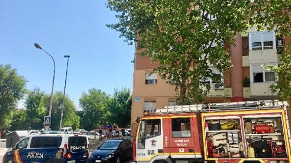 Efectivos del Parque Municipal de Bomberos sofocan un incendio en un edificio de la calle Gonzalo de Berceo
