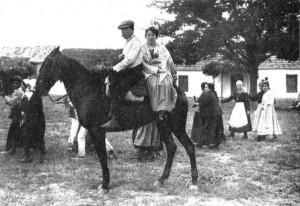 Jinete con acompañante a la grupa, en 1919.