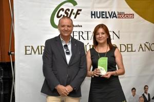 Dori recogía el reconocimiento de manos de César Cercadillo, miembro del Comité Ejecutivo de CSIF-Huelva.