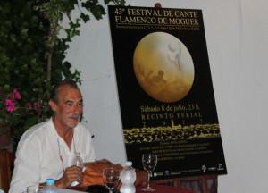 Pepe Camacho junto a su cartel.