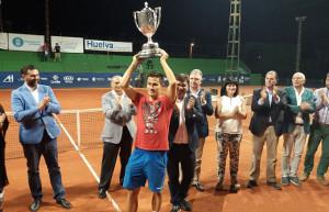 El húngaro Balasz lavanta la Copa del Rey de Tenis. / Foto: D. P.