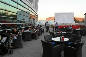 Imagen de la terraza habilitada para el cine de verano de Aqualon Cines 4K.