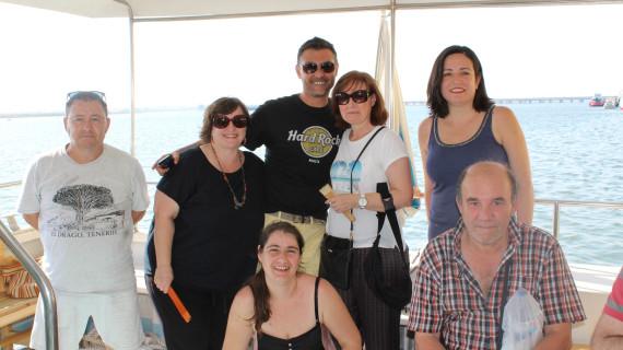 Voluntarios de Resurgir y Feafes disfrutan de un paseo guiado por la Ría de Huelva