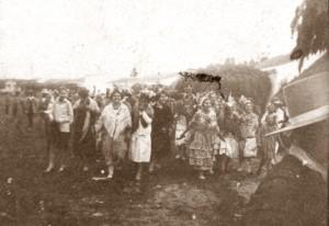 Grupo de peregrinas por la aldea.