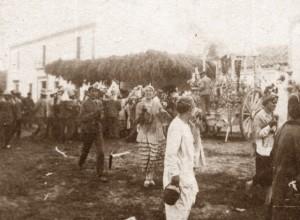La fisonomía de la aldea y la vestimenta de los peregrinos ha cambiado bastante en cien años.