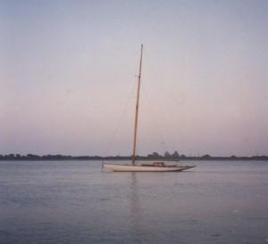 Imagen de un velero fondeado en la ría de Punta Umbría.