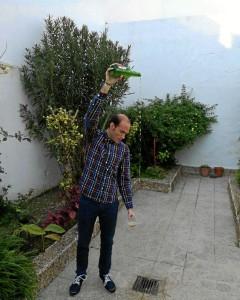 Manuel ha aprendido a escanciar en Asturias, por lo que cuando vuelve a Moguer suelen pedírselo amigos y familiares.