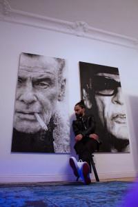Fornieles junto a sus obras. / Foto: Zofie Angelic.