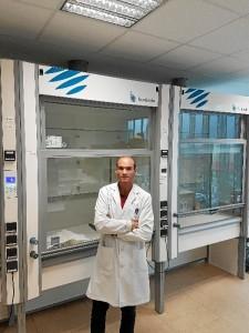 Tras trabajar durante un año en un centro de investigación de Bailén, Manuel entró a trabajar en el CINN de Asturias el año pasado. / En la imagen, Manuel, en el laboratorio de Nanomateriales.