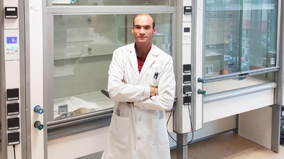 El ingeniero químico moguereño Manuel Fernández investiga fórmulas de regeneración ósea en un centro del CSIC en Asturias