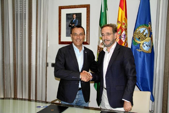 El presidente de la Diputación de Huelva, Ignacio Caraballo, y el consejero de Fomento y Vivienda, Felipe López, en el momento de la firma del acuerdo.
