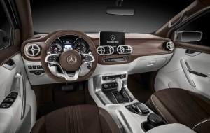 Interior de la pickup de Mercedes Benz.