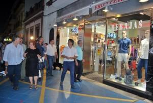 Los ediles pasearon por las calles para visitar los comercios abiertos.
