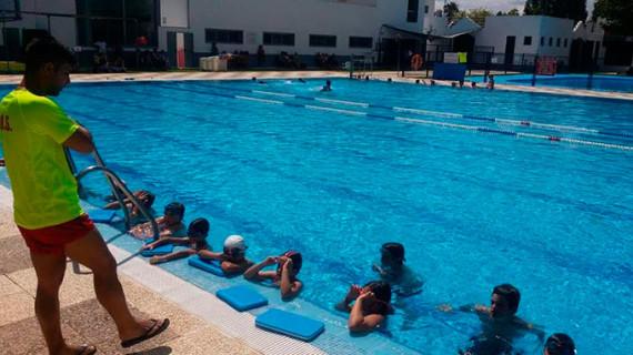 El Ayuntamiento de Almonte enseñará a nadar este verano a cerca de 400 vecinos