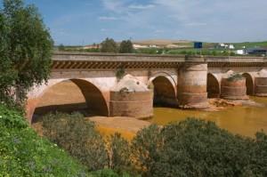 Puente Romano sobre el río Tinto en Niebla, uno de los monumentos que nos recuerdan el pasado romano de la provincia de Huelva.