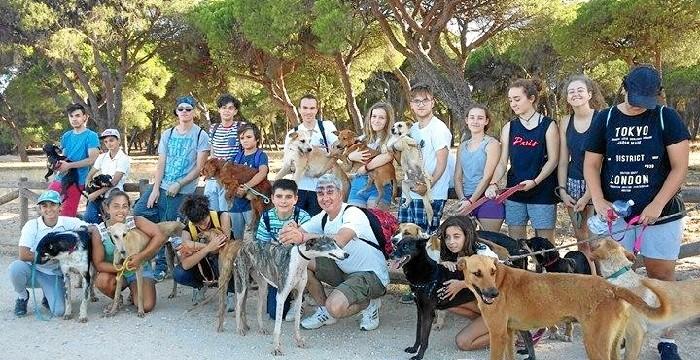 Celebrada la 'I Jornada de Voluntariado' con una visita a las instalaciones de la protectora 'Puntanimals' de Punta Umbría