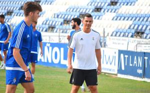 Javi Casquero, nuevo entrenador del Recre, da las primeras órdenes a sus jugadores. / Foto: Pablo Sayago.