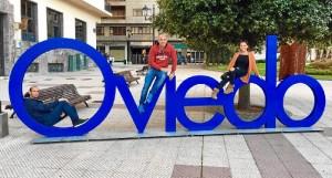 Manuel reside en Oviedo. / En la imagen, con unos amigos de Moguer que fueron a visitarlo.