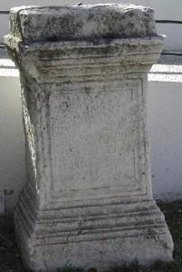 Pedestal dedicado a Diana de Ostur, aparecido en Manzanilla. / Foto: Ministerio de Educación.