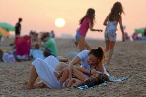 """El alcalde afirma que """"los onubenses empiezan a sentir suya esta playa, a considerar a Huelva como una ciudad costera, a acudir cada día más a disfrutar de un espacio único""""."""