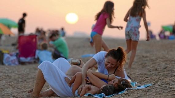 La buena acogida de los onubenses convierte a El Espigón en la playa de Huelva de pleno derecho