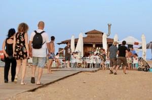 El Consistorio ha instalado dos chiringuitos en la playa, con la autorización de la Consejería de Medio Ambiente.