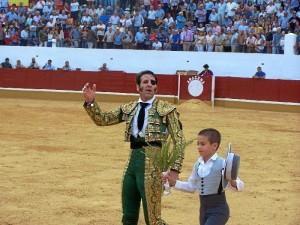 Padilla brindó el tercero al cielo en recuerdo del maestro fallecido Dámaso González.