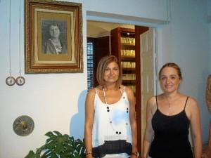 De izquierda a derecha: María José Blanco Garrido y Pepi Gallinato Ollero, autoras del libro y guías de la Casa Museo de Zenobia y Juan Ramón Jiménez en Moguer.