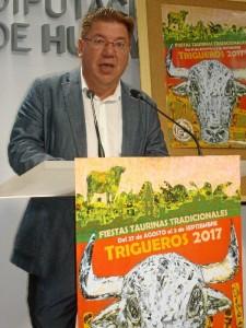 El alcalde de Trigueros, Cristóbal Romero, ha explicado la enorme tradición taurina que existe en el municipio.