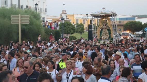 La Virgen de Montemayor es arropada por miles de moguereños en su traslado desde la ermita del coto