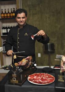 El arte de cortar jamón lo aprendió de José Castaño, de Jamones Tartessos.
