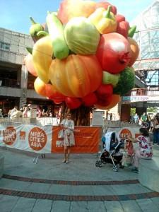 Una experiencia más que recomendable. / En la fotografía, Virginia con el árbol de la fruta en Quincy Market.