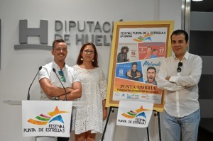 La alcaldesa de Punta Umbría, Aurora Águedo,  el concejal delegado de Festejos, Luis Manuel Alfosno Villegas, y el promotor musical, José Torrano, durante la presentación del cartel el pasado 21 de julio.