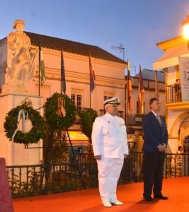 El alcalde de Palos con el representante de la Armada, en el homenaje a Martín Alonso Pinzón.
