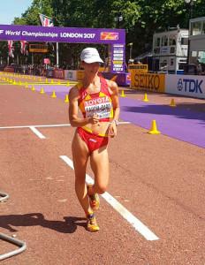 La marchadora lepera en pleno esfuerzo en la carrera en Londres. / Foto: @atletismoRFEA.