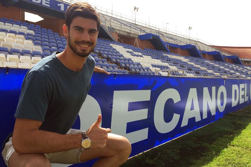 Nacho Monsalve posando en el Nuevo Colombino, está apto para jugar. / Foto: Recreativo de Huelva