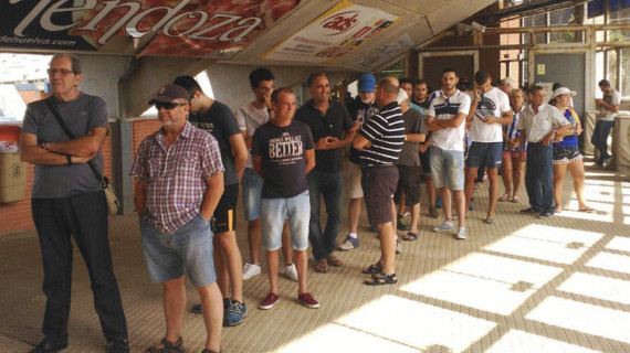 Largas colas en el primer día de la campaña de abonados del Recreativo de Huelva