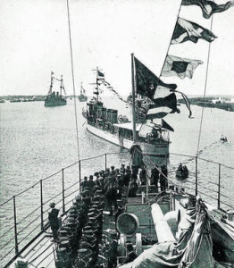 Escuadra fondeada en la ría de Huelva, el 5 de abril de 1926, para recibir a los tripulantes del 'Plus Ultra'.