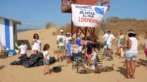 Voluntarios limpian la playa de Isla Canela.
