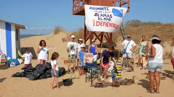 Una veintena de voluntarios realiza labores de limpieza en las playas y dunas de Isla Canela