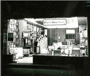Establecimiento onubense de los años sesenta en el que apreciamos, entre otros artículos, diversas marcas de televisores.