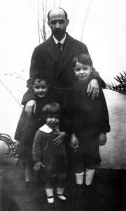 Juan Ramón Jiménez con tres sobrinos, José, Juan Ramón y Francisco. / Foto: Fundación J. M. Lara.